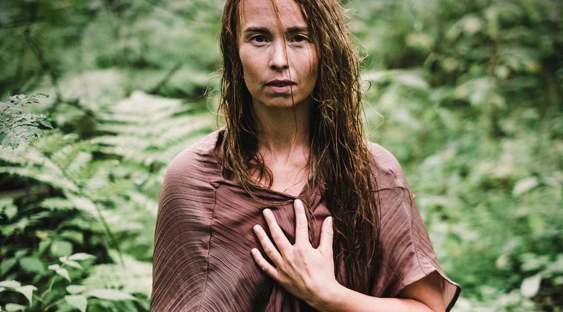 Sofia Jannok i skogen.