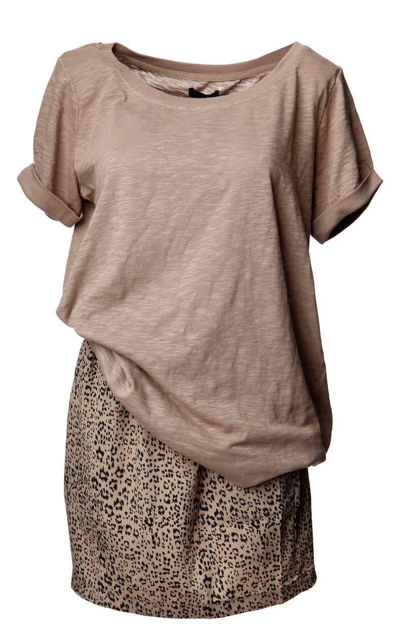 T-shirt, 179,95 kronor, Vero Moda. Kjol, 510 kronor, Urban Outfitters.
