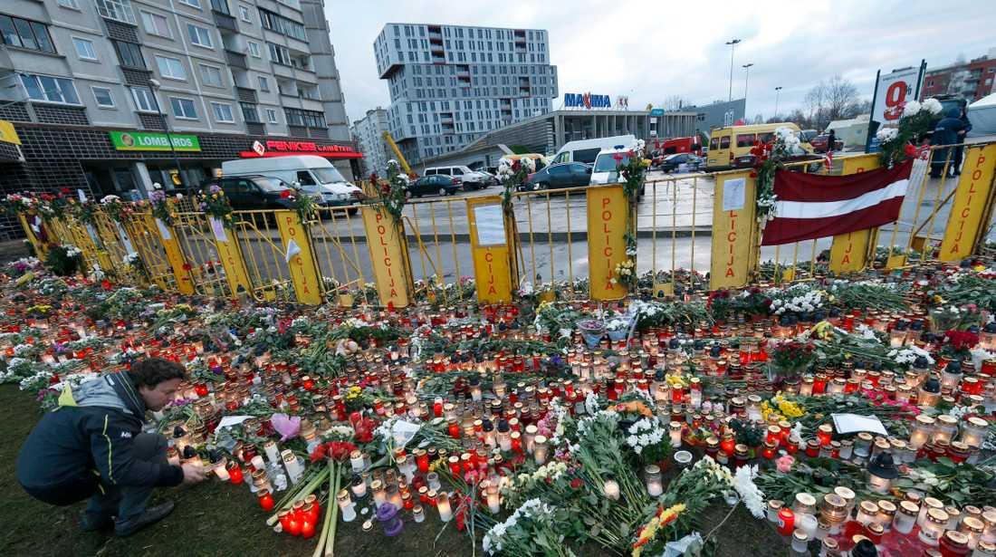 Blommor och ljus vid platsen för katastrofen i november 2013. Arkivbild.
