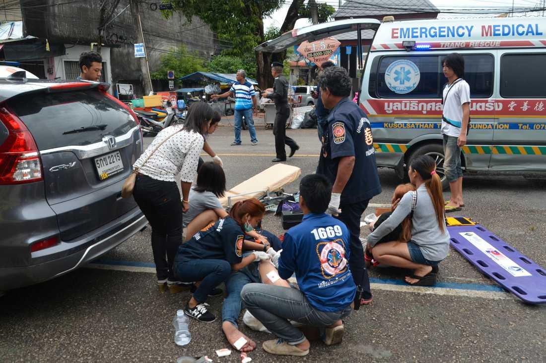 Skadade får första hjälpen efter att en bomb exploderat i Trang, södra Thailand.