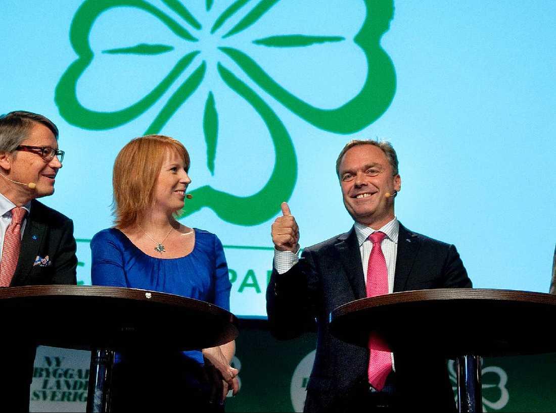 Centern och Folkpartiet delar många idéer och skulle tjäna på att bilda ett , gemensamt parti, menar debattörerna. På bilden partiledarna Göran Hägglund (KD), Annie Lööf (C) och Jan Björklund (FP).