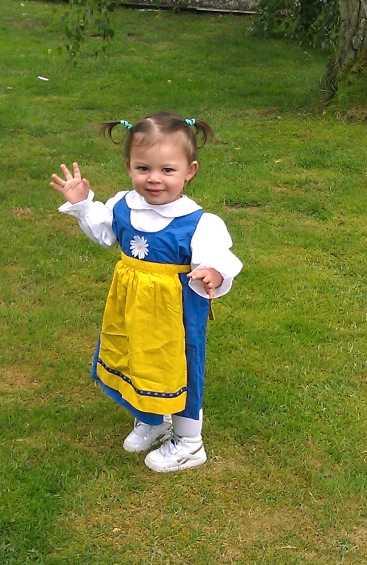 Festfin Henrik Magnusson har tagit bilden på den här glada tjejen som firar midsommar hos farmor.
