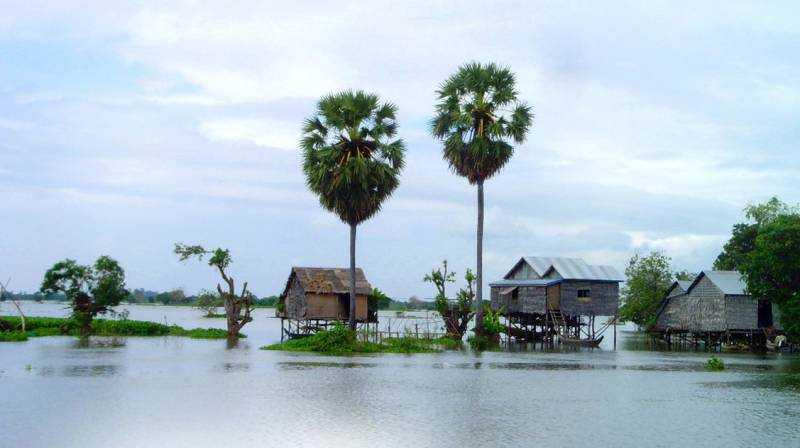 Husen står på pålar för att klara sig när sjön breder ut sig.