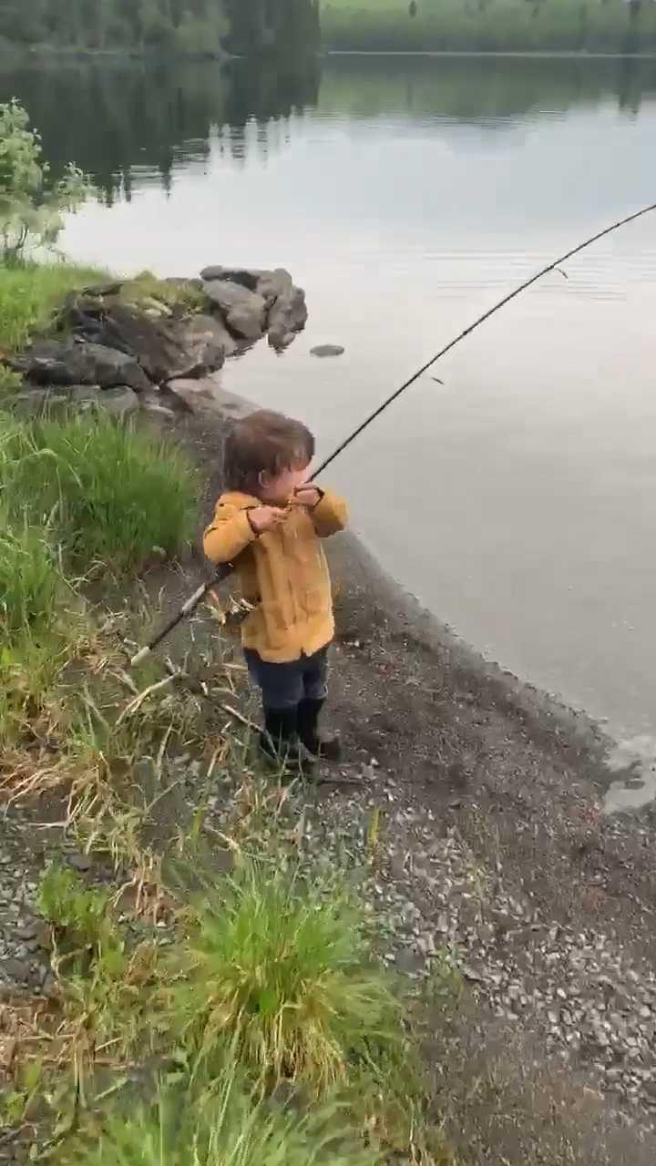 Här vevar han in fisken.