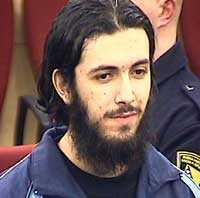 Mirsad Bektasevic, 23 Föddes i Montenegro, familjen flydde till Sverige 1994 och flyttade till Kungälv där Bektasevic gick i skolan. Planerade en självmordsattack i Sarajevo 2005. I terrorcellens lägenhet hittade polisen bland annat sprängämnen och ett speciellt bälte för självmordsbombare. Dömdes till drygt åtta års fängelse för terroristbrott. Han avtjänar numera straffet i Sverige.