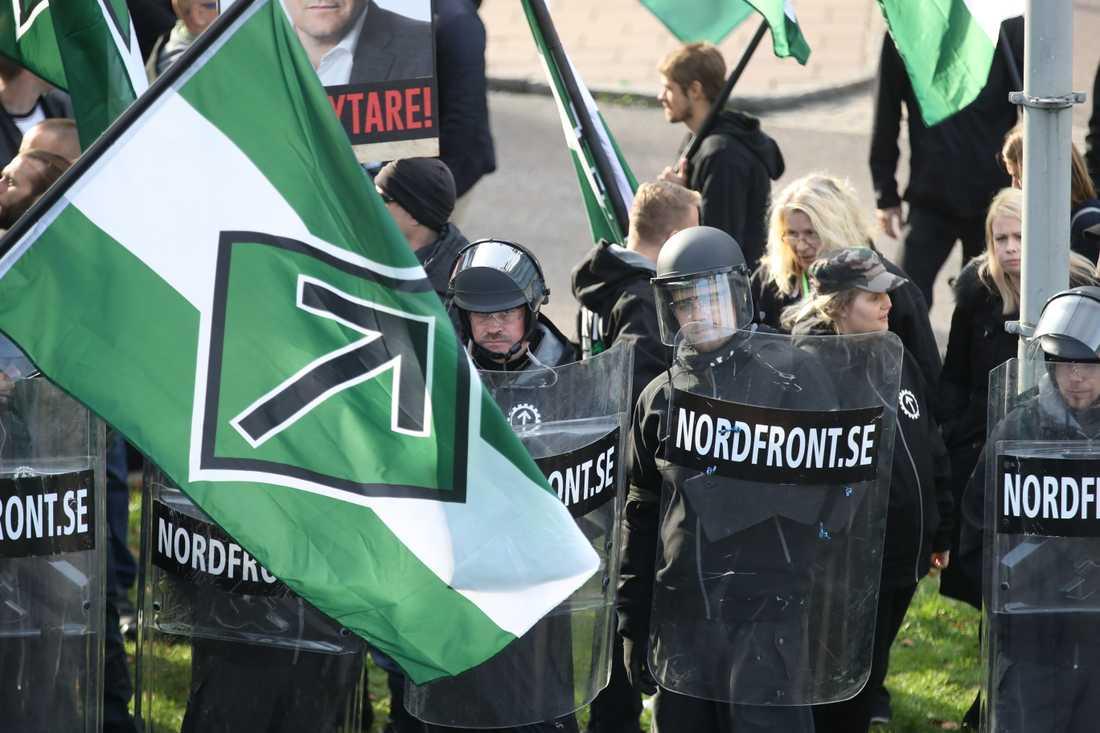 Nordiska motståndsrörelsen (NMR), här vid en demonstration i centrala Göteborg 2017. Intern splittring inom NMR har bidragit till minskningen av aktiviteter inom den rasideologiska miljön, enligt Stiftelsen Expo. Arkivbild