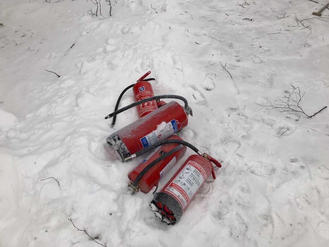 Fem brandsläckare gick åt – sedan tog räddningstjänsten över.