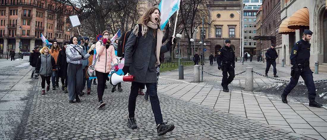 """Mia Mulder är ordförande i Transförsvaret. Hon anser att Pridefestivalen blivit mer fest än en kamp för HBTQ-personers rättigheter. I januari demonstrerade hon i Stockholm tillsammans med Transförsvaret under parollen """"Inga politiker mellan mina ben"""". Fortfarande upplever hon att det är en väldigt bristfällig politisk aktivitet för arbetet med transpersoners rättigheter. """"Personligen känner jag mig sviken av Pride"""", säger Mia Mulder till Aftonbladet."""