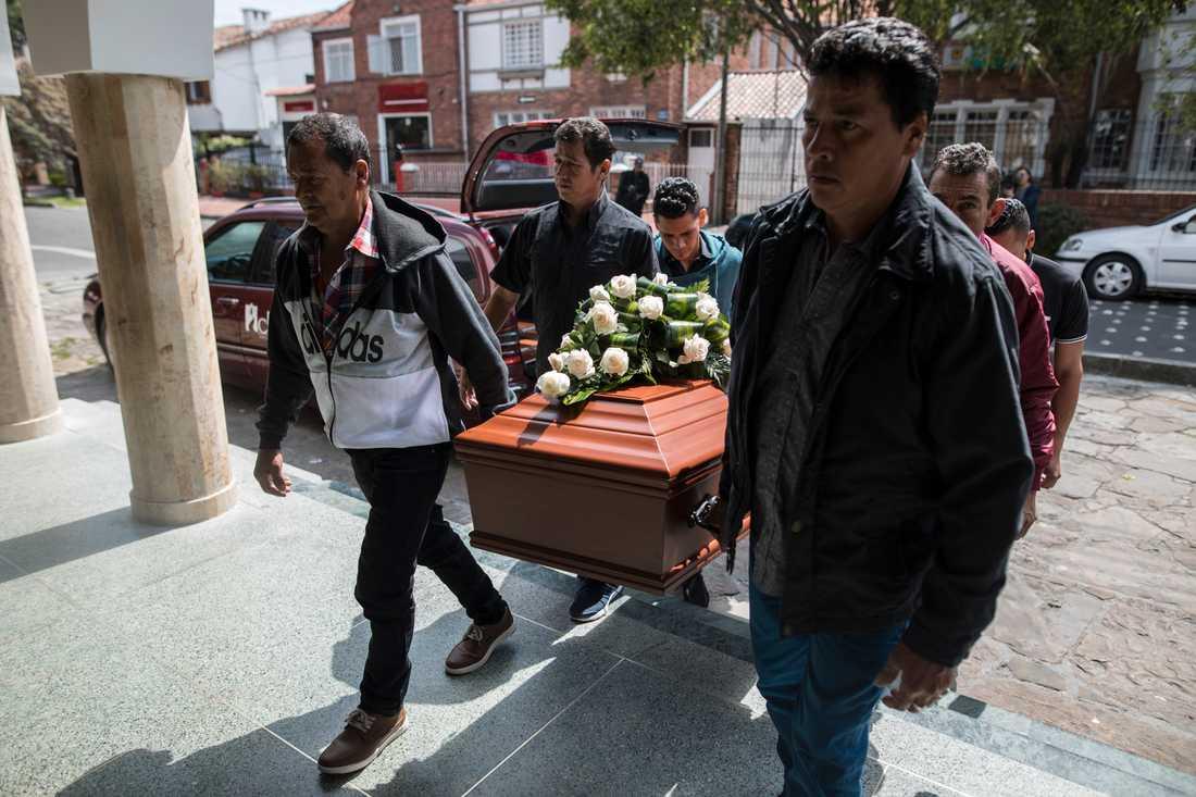 Anhöriga och vänner vid begravningen av Astrid Conde, en tidigare Farc-rebell, som sköts ihjäl i huvudstaden Bogotá i mars. Arkivbild.