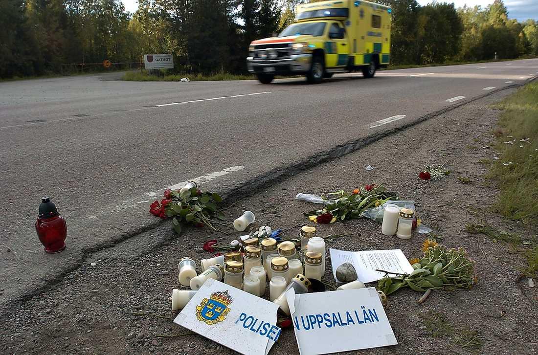 Åtalas Här vid länsväg 292 söder om Tierp dog 25-årige Joakim Jurell. Där lade vänner och anhöriga ut blommor och ljus efter olyckan - samt protesterade mot polisernas körning genom att lämna en avbruten polisskylt. Nu misstänks polismannen för brott.