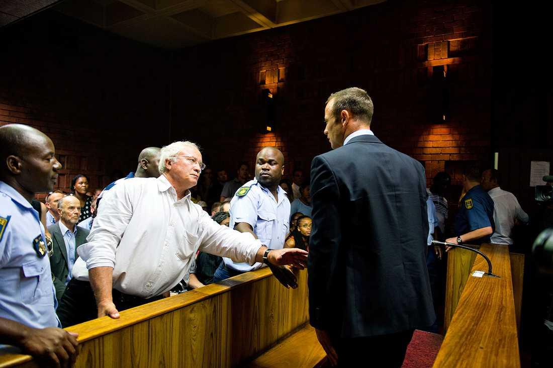 Oscar Pistorius pappa Henke stöttar sonen i rättssalen.