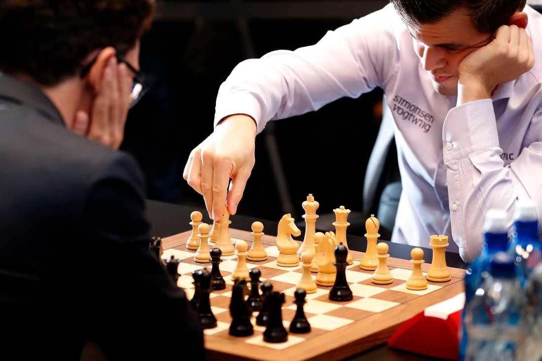 Regerande världsmästaren i schack Magnus Carlsen slog utmanaren Fabiano Caruana och behåller titeln.