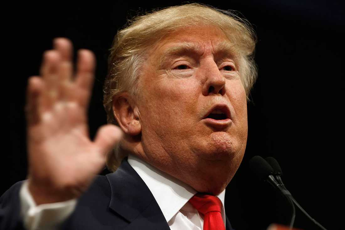 Donald Trump uppmanar amerikaner att bojkotta Apple.