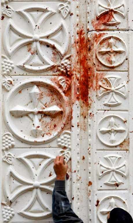 Blod tvättas bort från kyrkan.