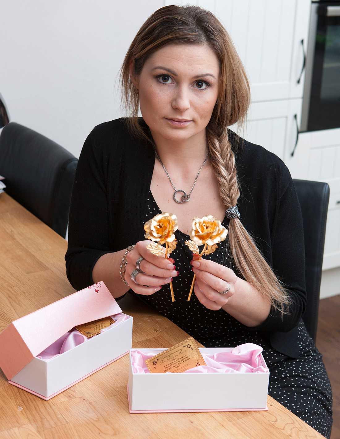 Hanna, 27, från Skövde, beställde två förgyllda rosor från Groupon som uppgavs vara äkta.