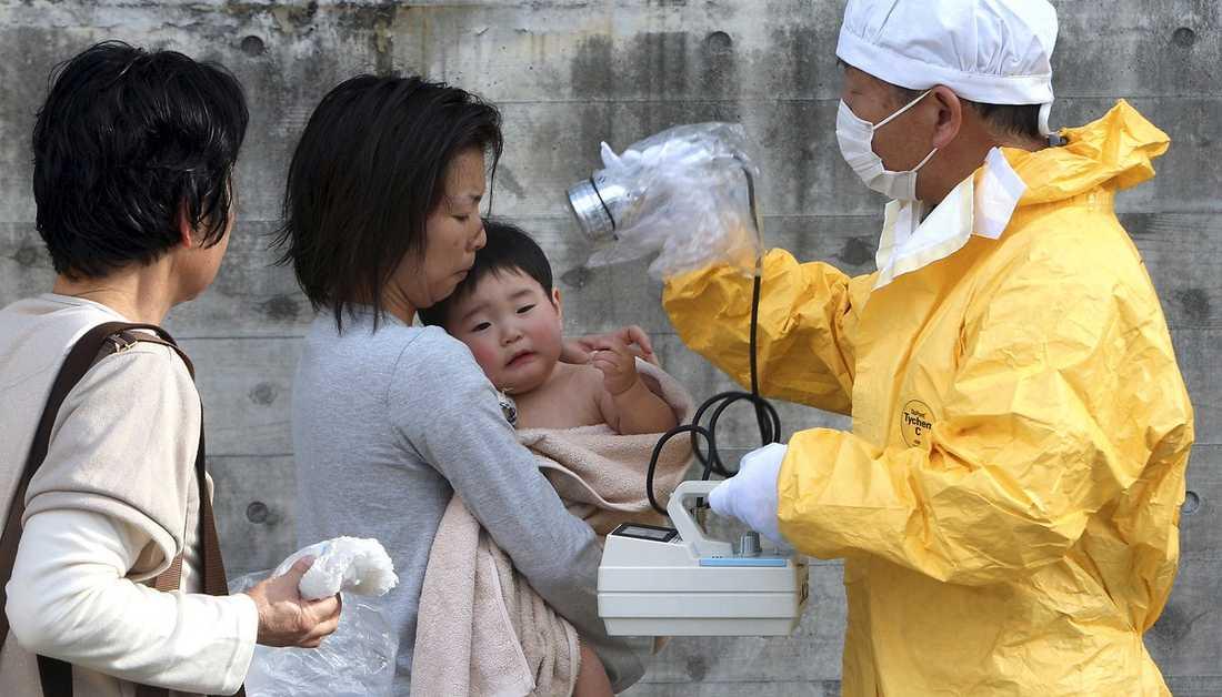 Kamp mot klockan En ettårig pojke undersöks om han har blivit exponerad av radioaktiv strålning.