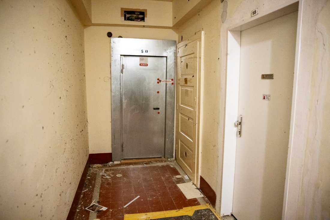 Den misstänkte terroristens ytterdörr sprängdes av polis