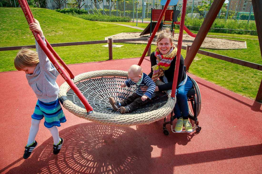 Det kan vara svårt att ta sig fram med rullstol i lekparker, berättar Anna Oredsson, 34, med Maja, 4, och Otto, 1,5.  Krister Hansson