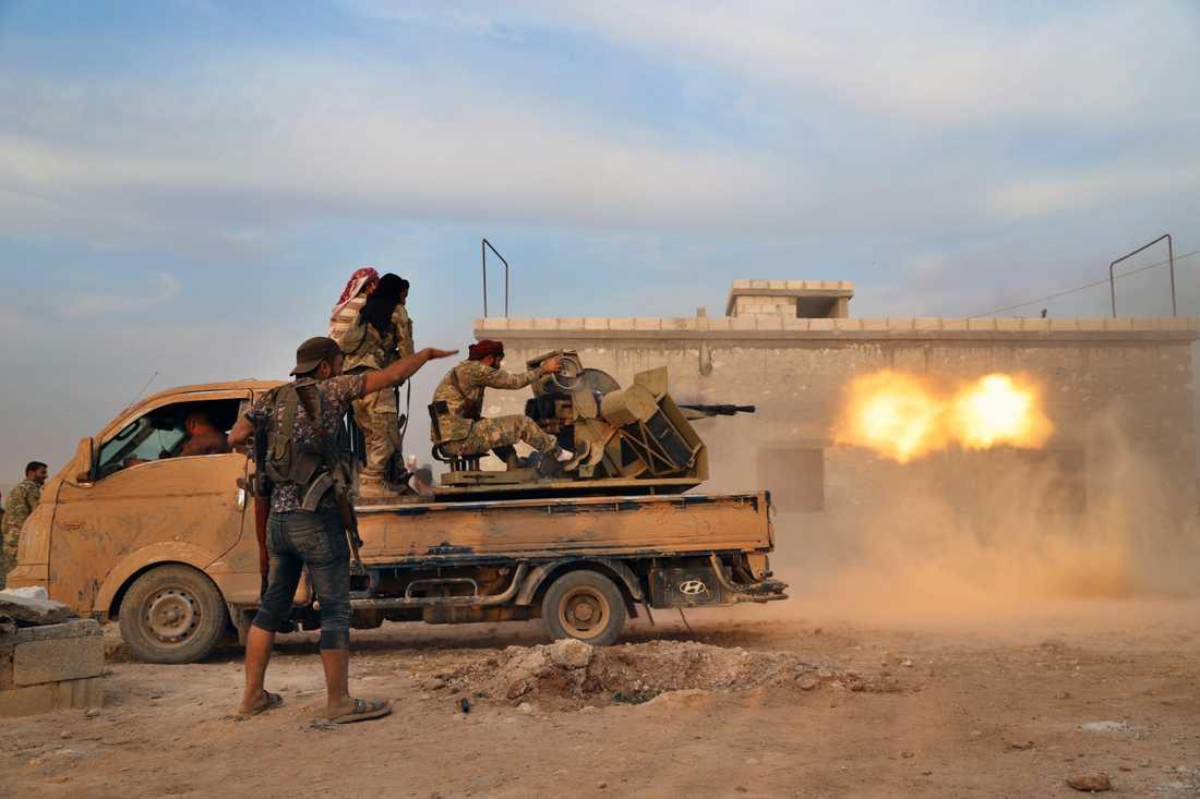 Turkietstödda rebeller riktar en tung kulspruta mot kurdiska posteringar i Manbij-regionen på måndagen.