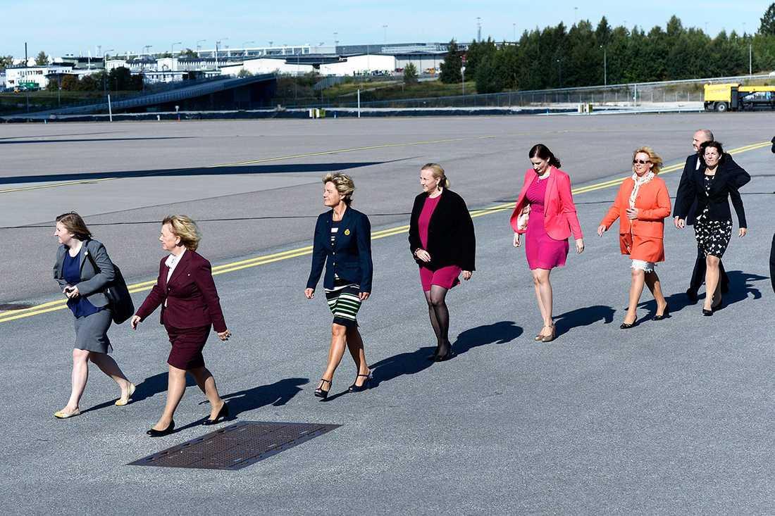 Ministrarna som vinkade av president Obama på flygplatsen: Beatrice Ask, Maria Larsson, Ewa Björling, Birgitta Ohlsson, Lena Ek och Karin Enström.