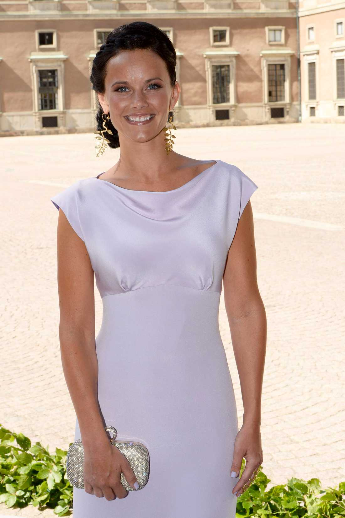 Under prinsessan Madeleines och Christopher O'Neills bröllop valde Sofia en ljuslila klänning matchat med guldaccessoarer.