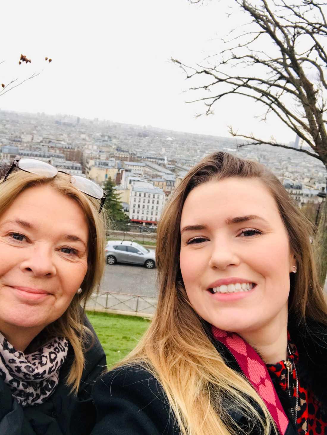 Caroline och hennes mamma Anna-Lema är på semester i Paris och bor bara 100 meter från platsen där explosionen inträffade.