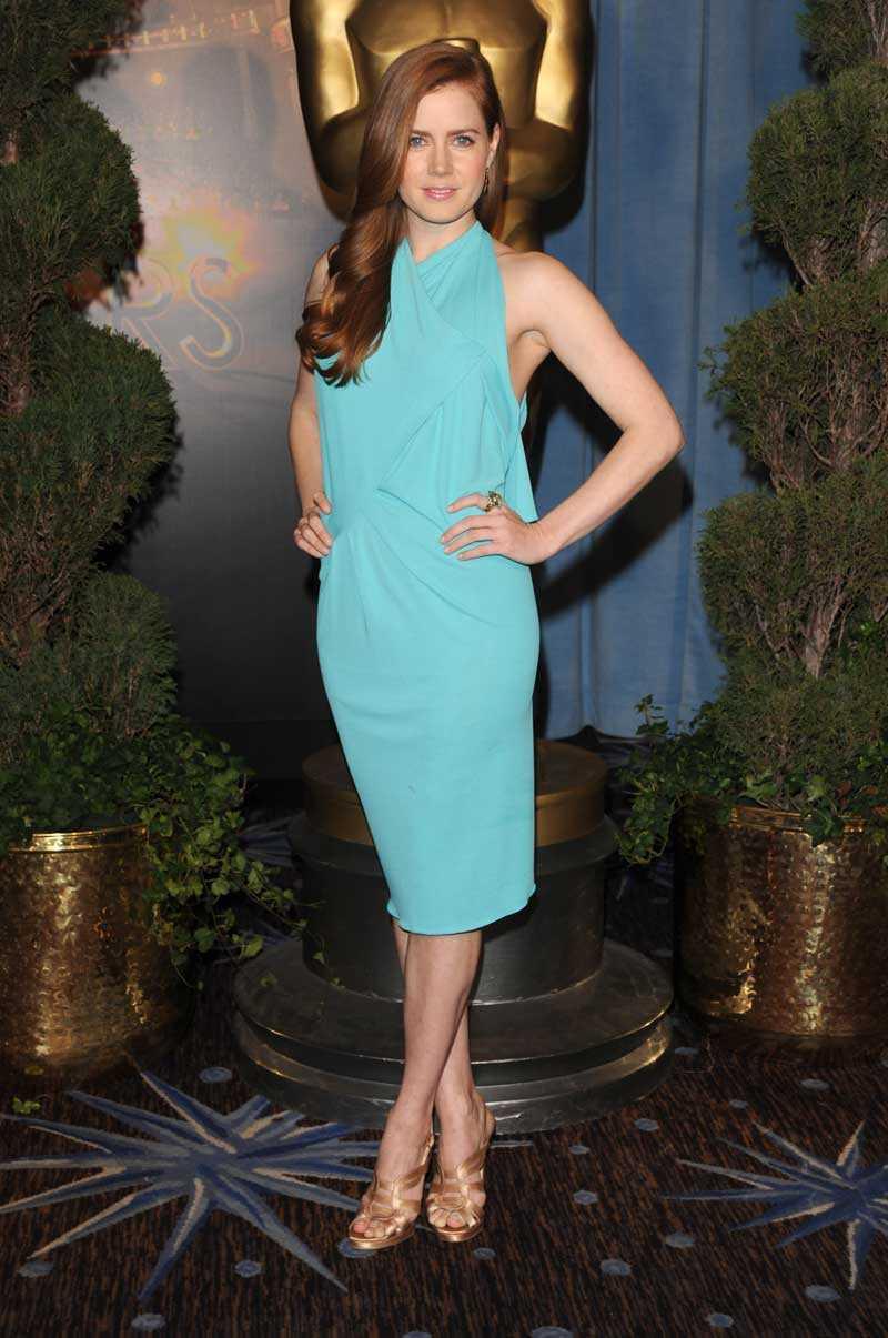 Amy Adams svepte in på Oscars-lunch i turkost från RM by Roland Mouret.