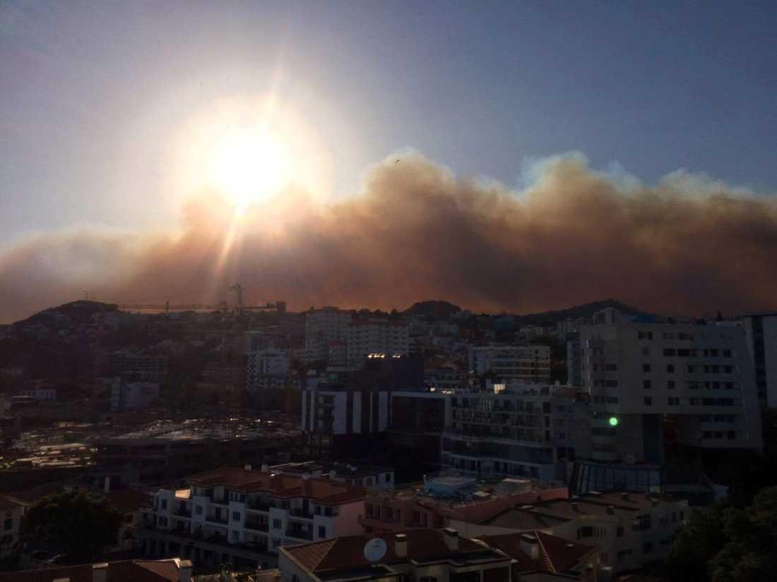 Brandröken syns tydligt i Funchal.