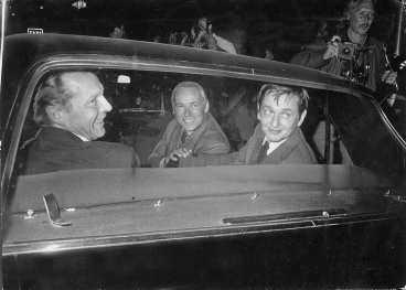 Statsminister Olof Palme kommer till Norrmalmstorg tillsammans med rikspolischef Carl Persson vid dramats upplösning.
