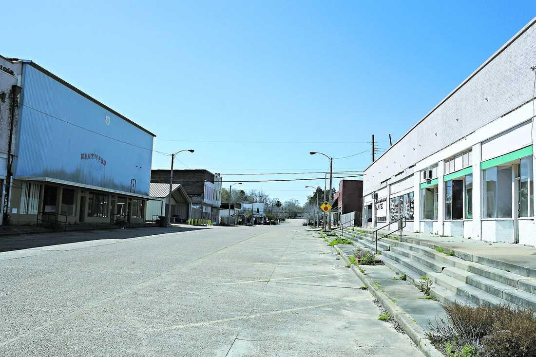 """Fifth street – huvudgatan i det som ska föreställa Kentwoods centrum. Det var här Britney Spears växte upp. Då fanns här butiker, salonger och restauranger. I dag återstår bara nergångna kulisser. Allt är igenbommat och övergivet. """"Ja, här finns inte mycket att se. Och inte att göra heller. Här bor man, och mer är det inte"""", säger Wanda Royce, en av invånarna som inte är imponerad över den världskända sångerskan."""