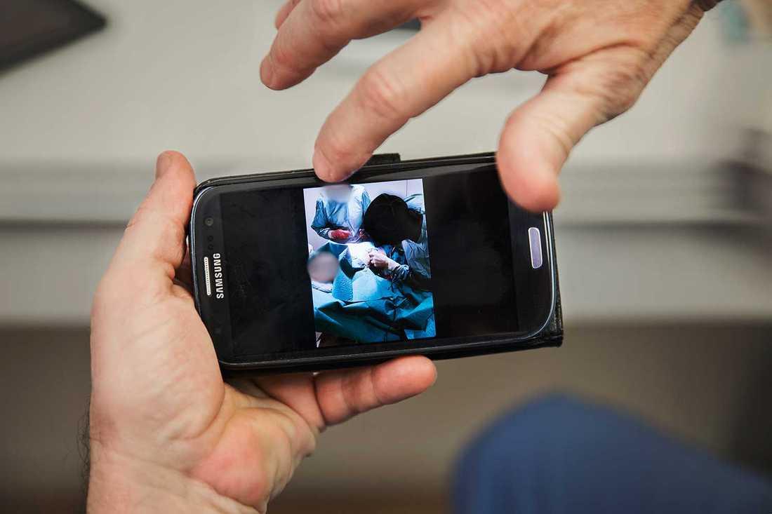 Narkosläkaren fotade under operationen för att visa hur 38-åringen tilläts medverka.