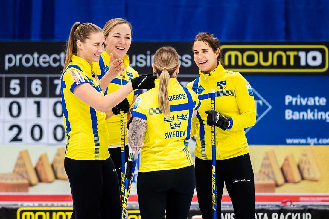 Lag Hasselborg firar efter segern mot Tjeckien.