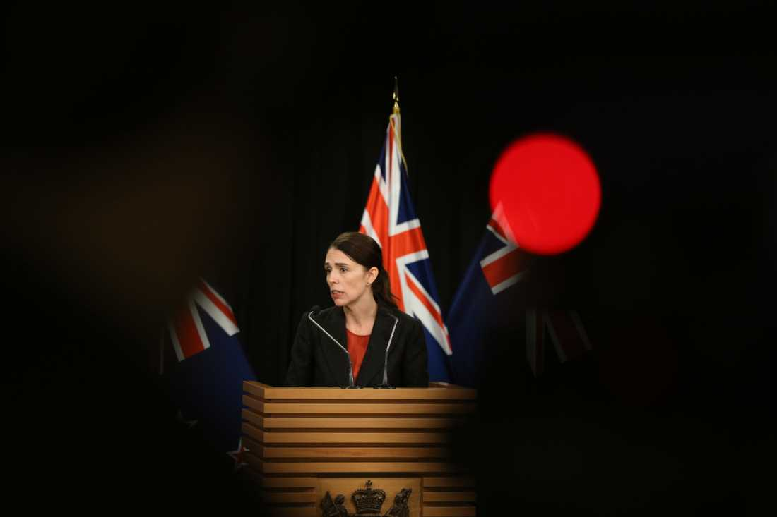 Nya Zeelands premiärminister Jacinda Ardern talar vid en pressträff på parlamentet i Wellington.