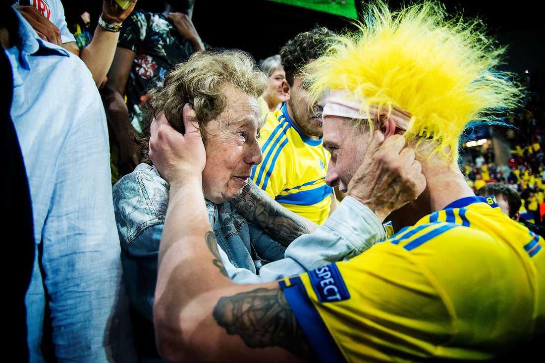 Omedelbart efter att det svenska U21-landslaget säkrat det historiska EM-guldet i somras rusade John Guidetti ut till sidlinjen för att fira tillsammans med Stella Tjajkowski, 92.