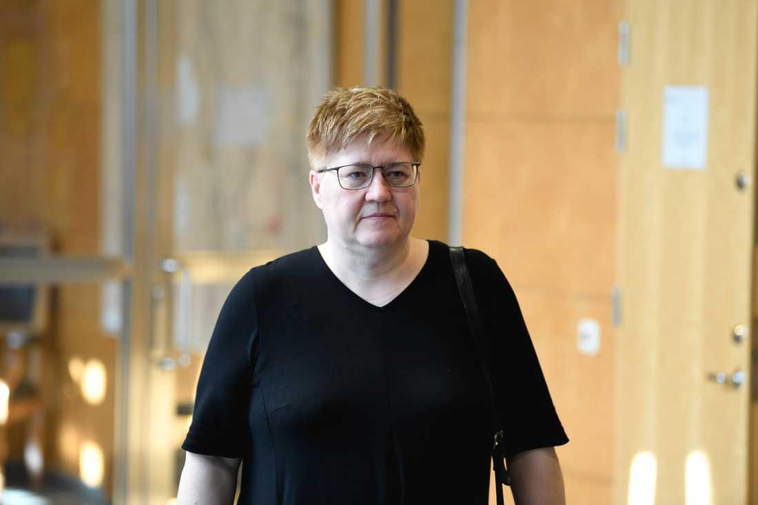 Åklagaren Britt-Louise Viklund lämnar rättegångsalen i Linköpings tingsrätt vid den första förhandlingsdagen under tisdagen. Förhandlingen i Lingköpings tingsrätt fortsätter på onsdagen.