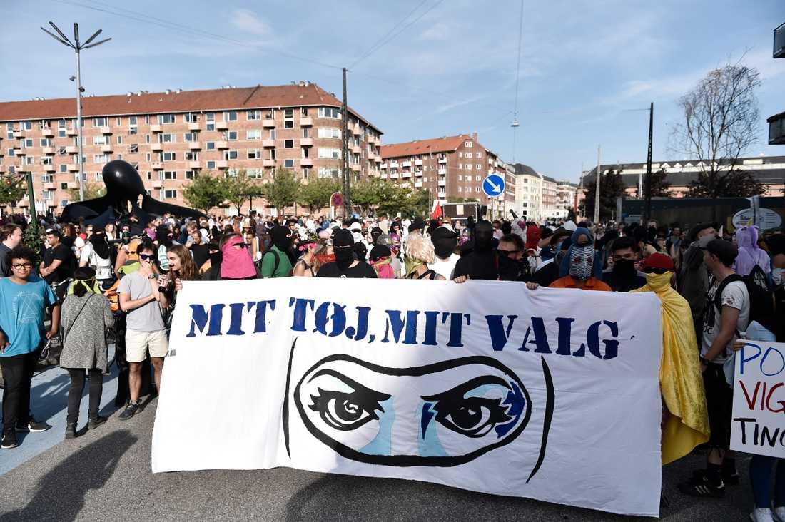 Demonstranter i Köpenhamn protesterar mot en ny lag som förbjuder ansiktstäckande klädsel på offentlig plats.