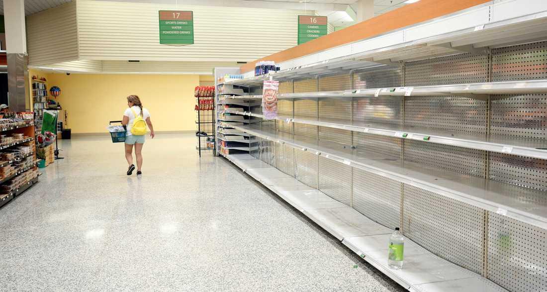 Mat och vattenhyllorna gapar tomma i Kissimmee, Florida.