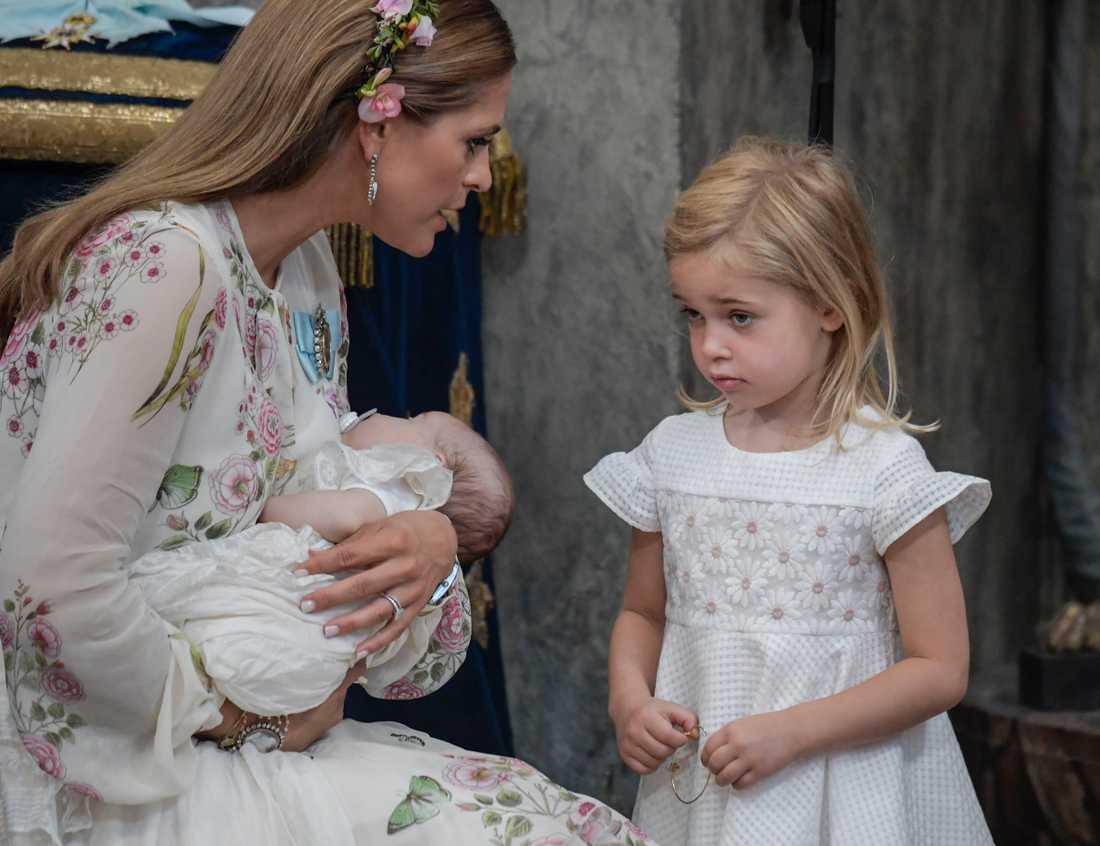 Prinsessan Madeleine med prinsessan Adrienne och storasyster Leonore i Drottningholms slottskyrka på Adriennes dop förra sommaren.