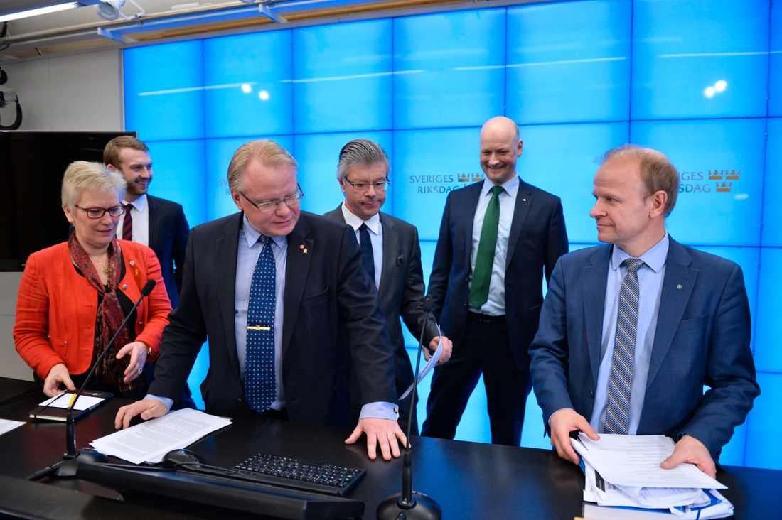 Åsa Lindestam vice ordförande i försvarsutskottet, Jakob Dalunde (MP), försvarsminister Peter Hultqvist  (S), Hans Wallman (M), Daniel Bäckström (C) och Mikael Oscarsson (KD).