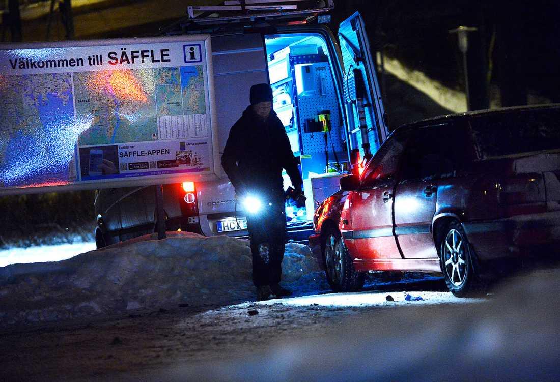 Polisen undersöker bilen.