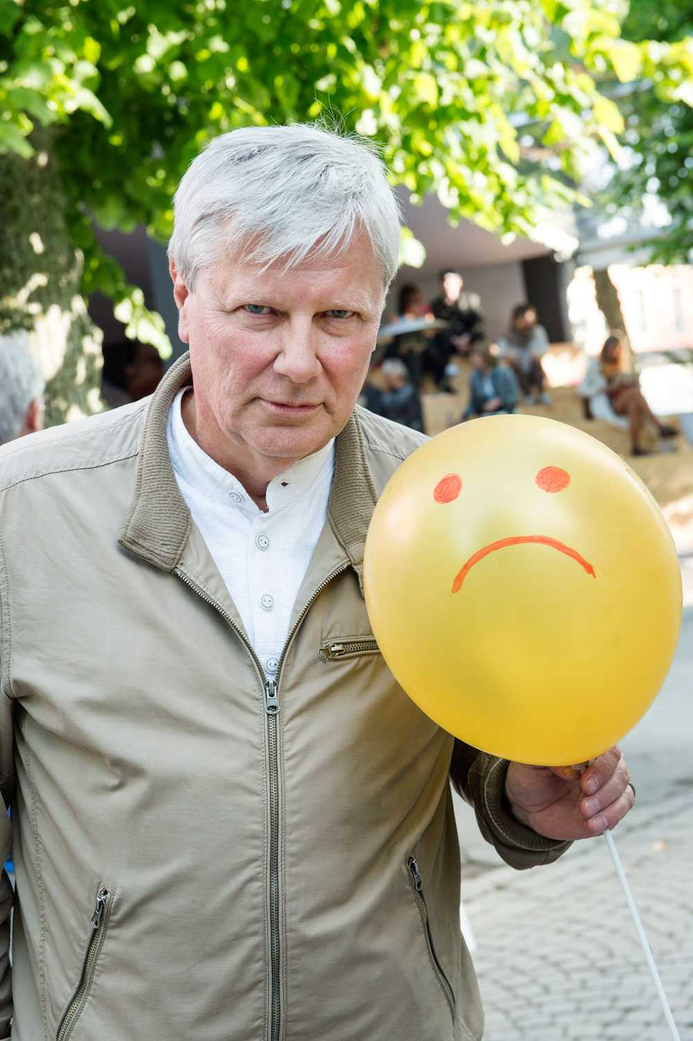"""På Lars Ohlys sida stod det tidigare att han """"såg det som en sorglig dag när Berlinmuren föll"""". I dag finns ingenting om detta kvar."""