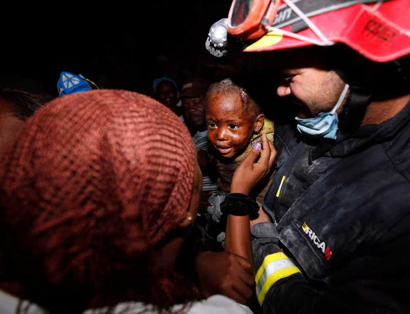 Redjeson Hausteen Claude, 2, återförenas med sin mamma efter 48 timmar fastklämd i rasmassorna.