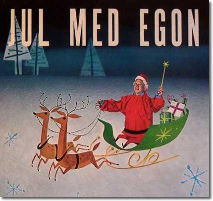Jul med Egon Egons kroppsbyggnad och släde har förbryllat julskivsälskarna i åratal. Vi ser alltså här tomtefar med världens längsta överkropp, pyttesmå fötter och lite för korta ärmar. Dessutom är släden konstigt byggd och renarna små. Egons julskiva kommer för alltid att förbrylla oss