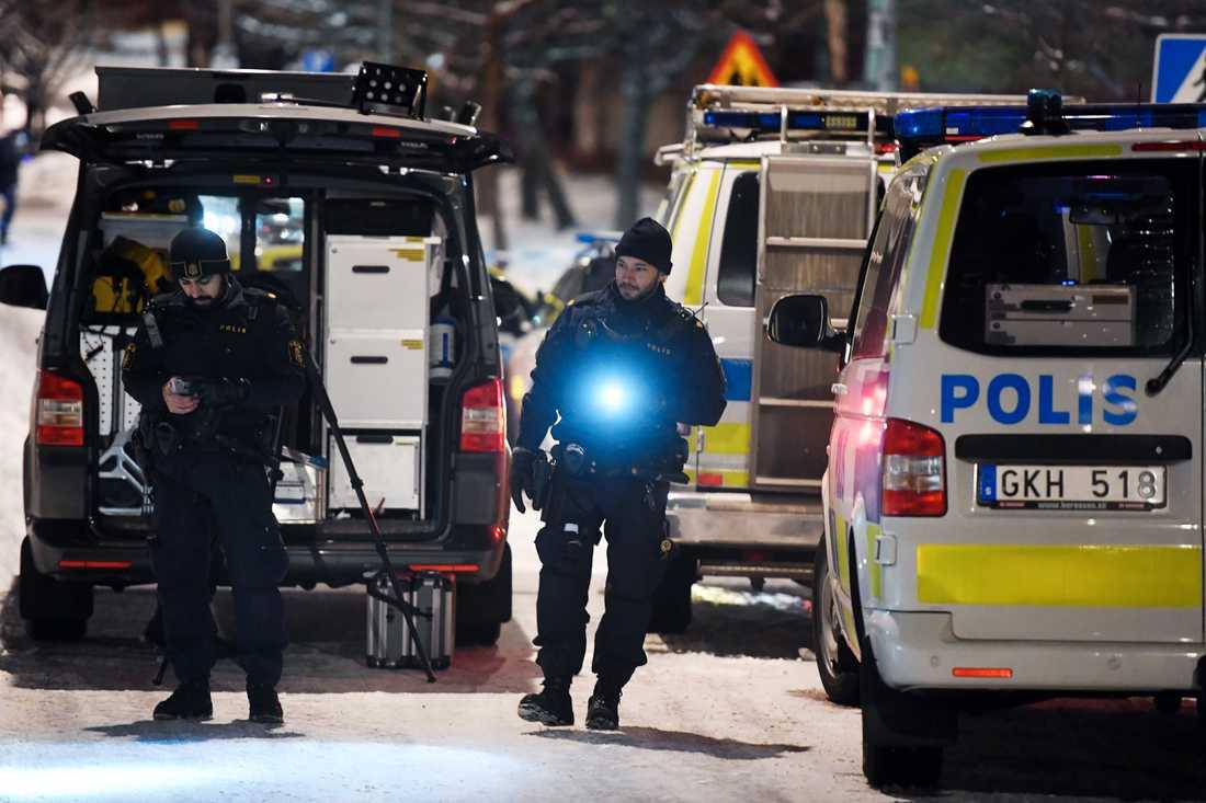 Poliser på plats efter dubbelmordet.