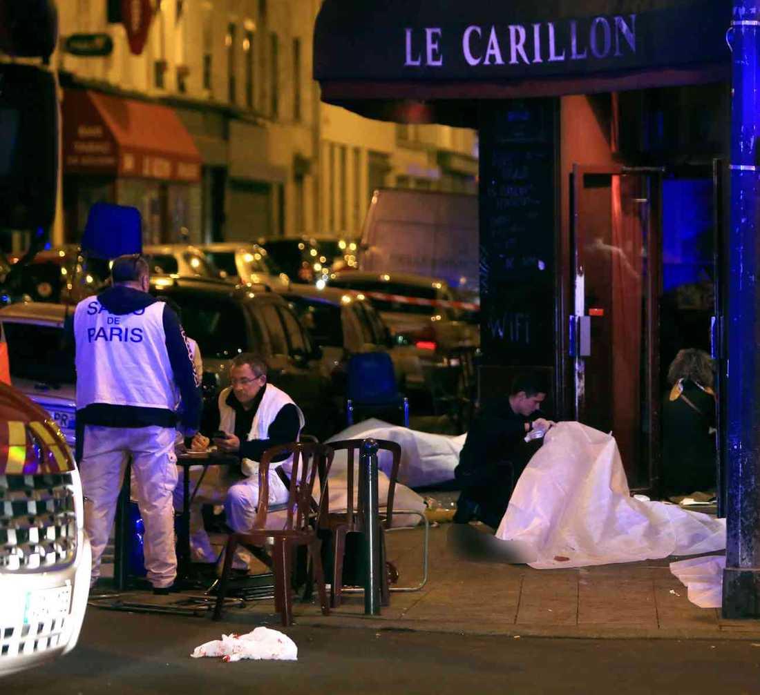 November 2015: 15 människor sköts till döds på restaurangen Le Carillon. Ytterligare 115 dödades på andra platser i Paris.