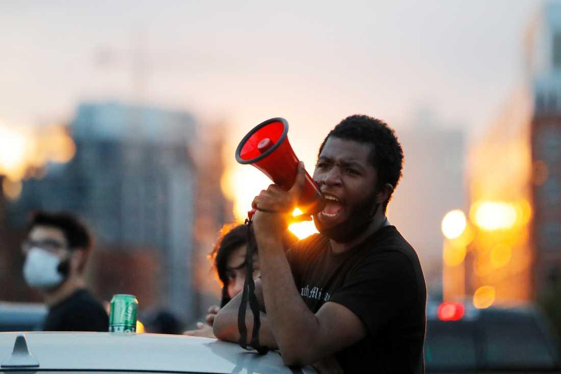 En demonstrant skanderar vid en protest mot polisvåld i Minneapolis härom dagen.