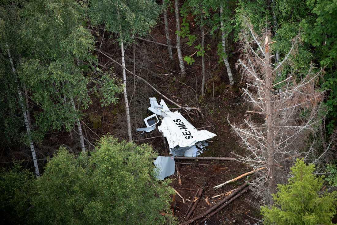 Resterna av flygplanet på Storsandskär dagen efter flygolyckan där nio personer omkom.