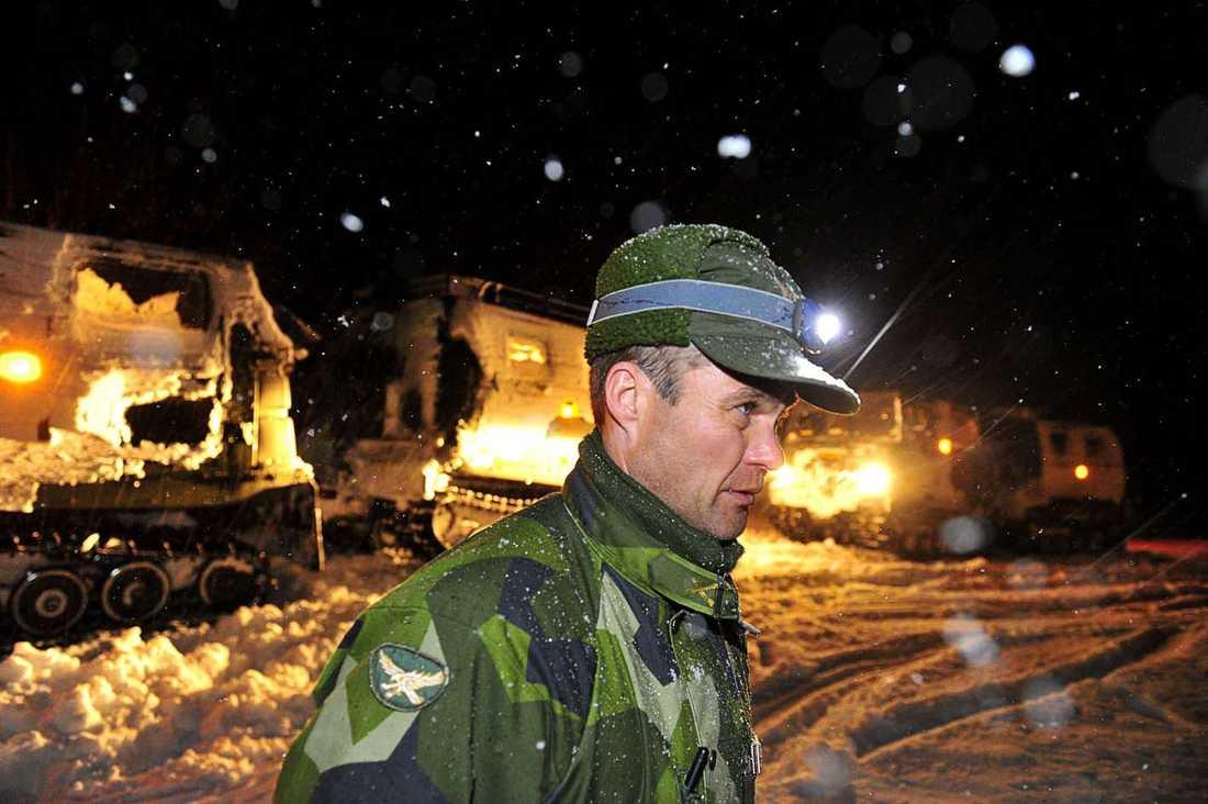 Bandvagnsföraren Peter Brask fyllde vid 03-tiden på med bränsle innan sökandet fortsatte.