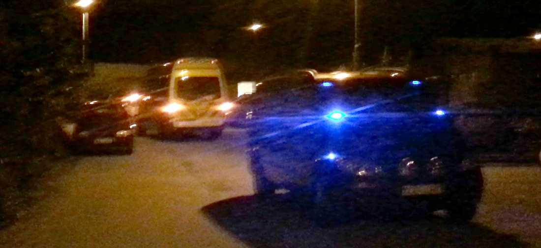Polis och ambulans på plats strax efter händelsen.