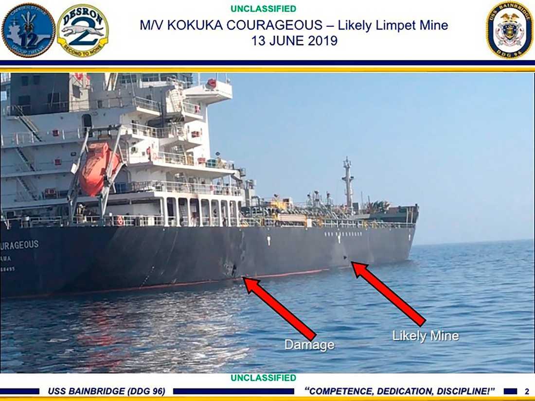USA har släppt en bild som visar skador och en misstänkt mina på en oljetanker i Hormuzsundet.